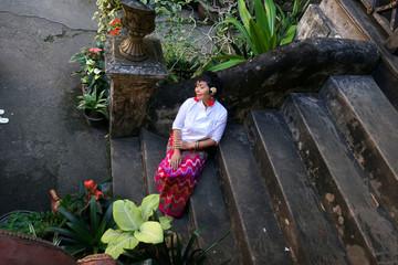 Femme Thaïlandaise assise dans escaliers