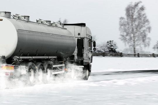 Lkw auf verschneiter Straße im Winter