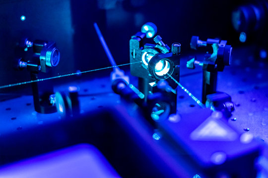 laser reflect on optic table un quantum laboratory b