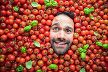 Mann mit Tomaten , Konzept für lebensmittelindustrie. Gesicht von lachenden mann in Tomaten flache.