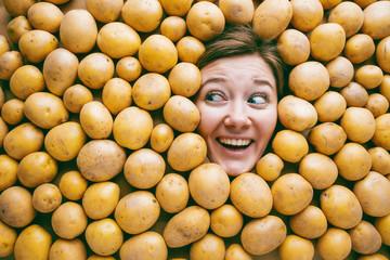 Frau mit Kartoffeln , Konzept für Lebensmittelindustrie. Gesicht von lachende Frau in Kartoffel flache.