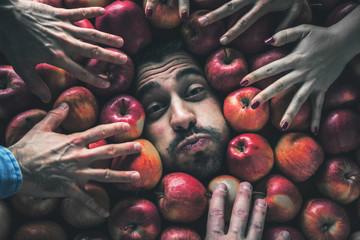 Mann mit Äpfeln , Konzept für Lebensmittelindustrie. Gesicht von lachenden mann  in Apfel Fläche.