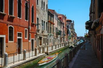 Canale di Venezia con case colorate e canale, Italia