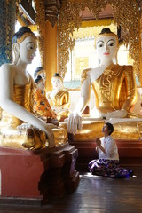 Femme birmane priant à la Pagode Schwedagon Yangoon