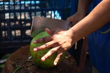 Decoupe d'une noix de coco avec machette