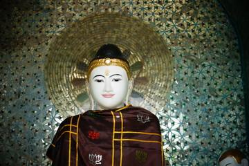 Un des nombreux boudhas de la Pagode Schwedagon Yangoon