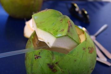 Noix de coco fraîche verte ouverte