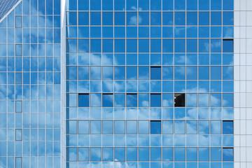 Hochhausfassade mit Wolkenspiegelung