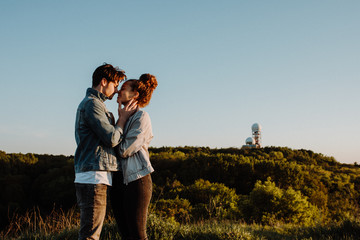 Paar bei Sonnenuntergang auf dem Drachenberg in Berlin