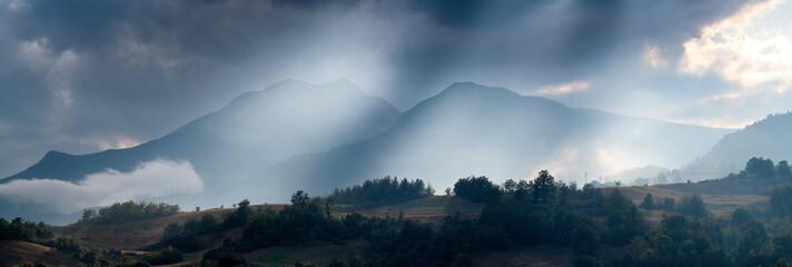 montagna e foschia