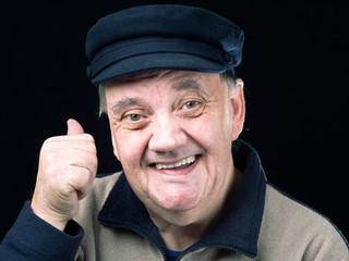 Portrait homme âgé sourire isolé sur fond noir