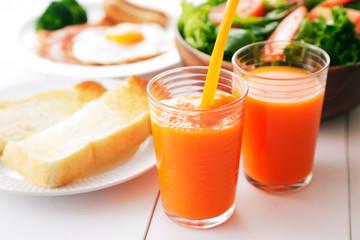 野菜ジュース 朝食イメージ Carrot juice and breakfast image