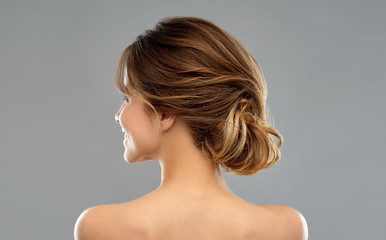Foto auf AluDibond Friseur beauty and people concept - young woman with bare shoulders from back over grey background