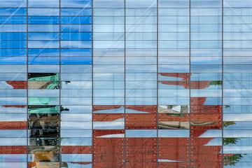 Spiegelungen in Fensterfassade