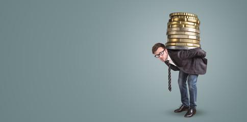 Geschäftsmann trägt einen riesigen Stapel Münzen auf dem Rücken