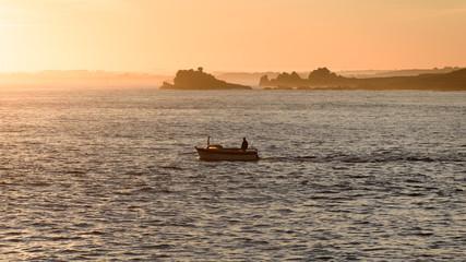 Fischer in Gegenlicht der Morgensonne in der Bretagne in Frankreich