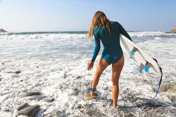 Papier Peint - surfista mujer con tabla metiendose en el agua país vasco 4M0A3783-A19