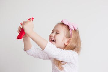 child makes selfie