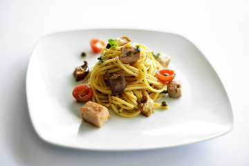 spaghetti tonno e pomodorini ciliegino