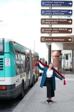 Femme; panneaux parisiens et bus RATP