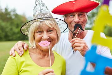 Zwei Senioren in bunten Kostümen