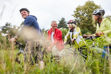 Gruppe Senioren auf einer Radwanderung