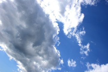 Ein dunkles Wolkenband am blauen Himmel