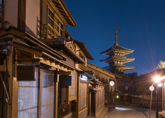 Fototapete - Night scene of old street in historical city Kyoto, Japan