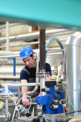 Industriemechaniker repariert eine technische Anlage // Industrial mechanic repairs a technical system