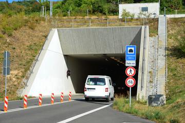 Modernes Tunnelportal des Branichtunnels an einer zweispurigen Landesstraße im Odenwald, Baden-wuerttemberg, Deutschland