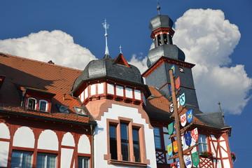 Das historische Fachwerk-Rathaus im Zentrum von Lorsch, Hessen, mit Zunftbaum