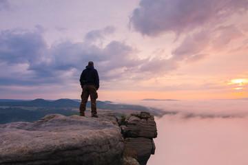Mann über dem Nebel