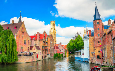 Photo sur Aluminium Bruges Beautiful canal and traditional houses in the old town of Bruges (Brugge), Belgium