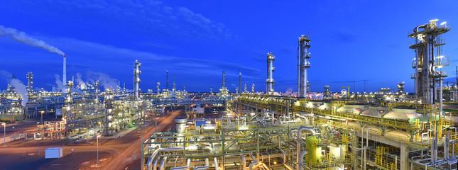 refinery plant at night  // Panorama Nachtaufnahme Industrieanlage Raffinerie - industrielle Gebäude