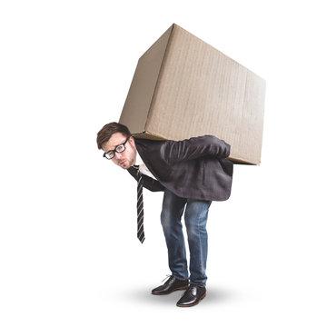 Mann trägt einen großen Karton auf dem Rücken