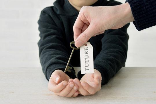 親から子へ未来への鍵を託す