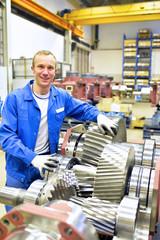 Monteur/ Arbeiter im Maschinenbau - Herstellung von Getrieben - Qualitätskontrolle // Mechanical engineering workers - gear manufacturing - quality control