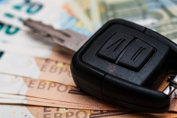 Geld und ein Autoschlüssel