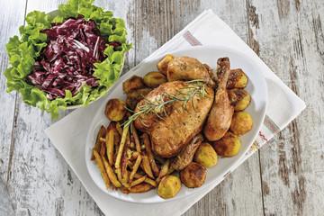 pollo arrosto intero patatine e patate e insalata da sopra