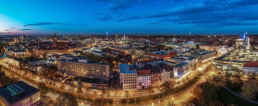 Panorama von Hannovers Innenstadt an einem Abend im Herbst mit blauen Himmel
