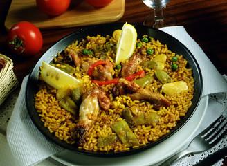 Paella de arroz con pollo y verduras.
