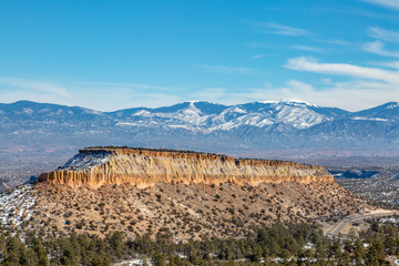 Spoed Fotobehang Blauw A mountain landscape near Los Alamos in New Mexico