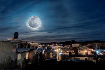 Paisaje de ciudad nocturna iluminada por la luna