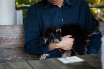 愛犬を抱きかかえる男性