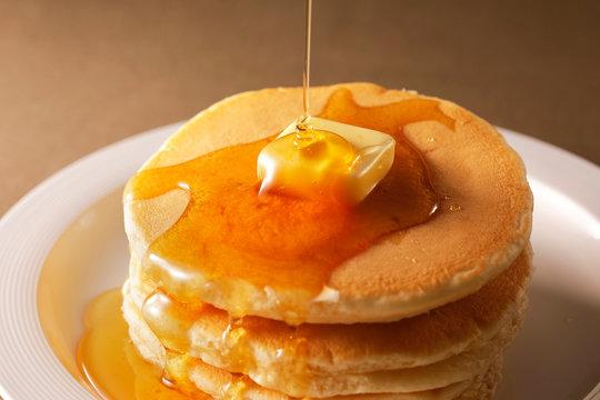 ホットケーキ Pour the honey on pancakes