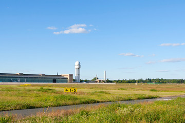 Tempelhofer Feld mit Hangar und radarturm