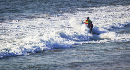 Autocollant pour porte Nautique motorise riding a jet ski / wave runner in Goa sea, wearing safety jackets. Baga beach. water sports famous in summer vacation