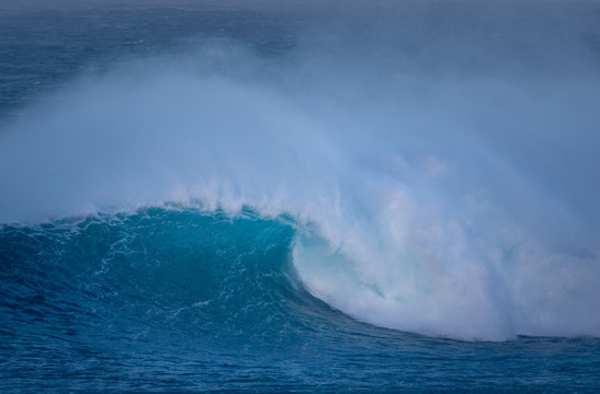Huge waves on the North Shore of Maui