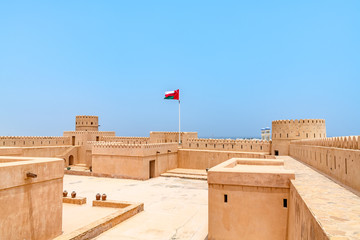 Deurstickers Vestingwerk Sunaysilah Fort in Sur, Oman. It is located about 150 km southeast of the Omani capital Muscat.