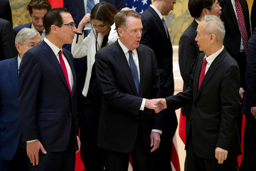 U.S. Trade Representative Robert Lighthizer shakes hands with Chinese Vice Premier Liu He after a group photo at the Diaoyutai State Guesthouse in Beijing